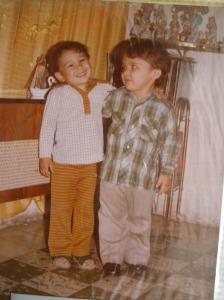 Mi primo Alger (derecha) me mira (izquierda) preguntándose sobre los insondables designios de los dioses que, en su capricho, le han mandado un demente como primo