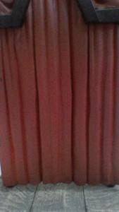 ...vuelve a subir el telón (una tela muy grande y muy pesada que por eso se llama telón).